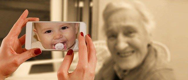 dame agée avec un bébé