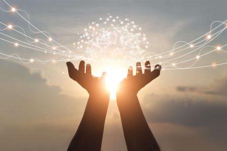 Boule d'énergie dans deux mains tournées vers le soleil pour réussir sa vie